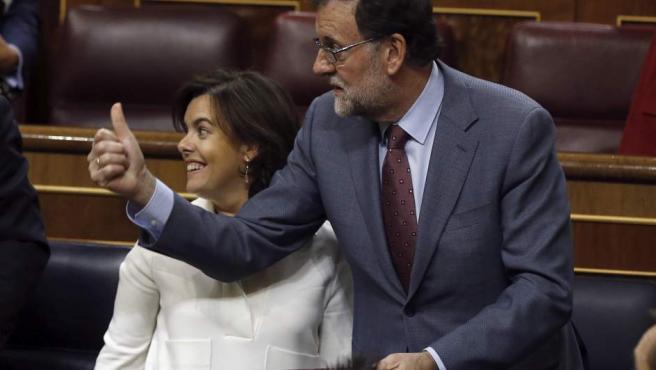 El presidente del Gobierno, Mariano Rajoy y la vicepresidenta, Soraya Sáenz de Santamaría, el martes en el Congreso.