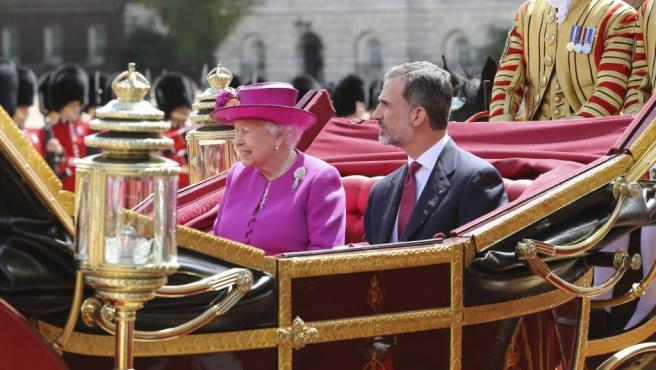 La reina Isabel II junto al rey Felipe VI durante la recepción oficial que la jefa de Estado británica, acompañada por su marido, el duque de Edimburgo ha ofrecido a los Monarcas españoles con motivo de su visita de Estado a Reino Unido.