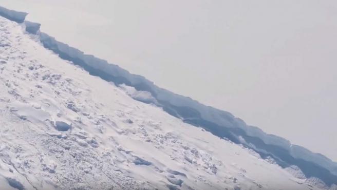 Toma aérea de la brecha que separa al iceberg más grande de la historia, de más de un billón de toneladas, en la Antártida. Investigadores de la universidad de Swansea analizaron si la ruptura se había producido por los efectos del calentamiento global.