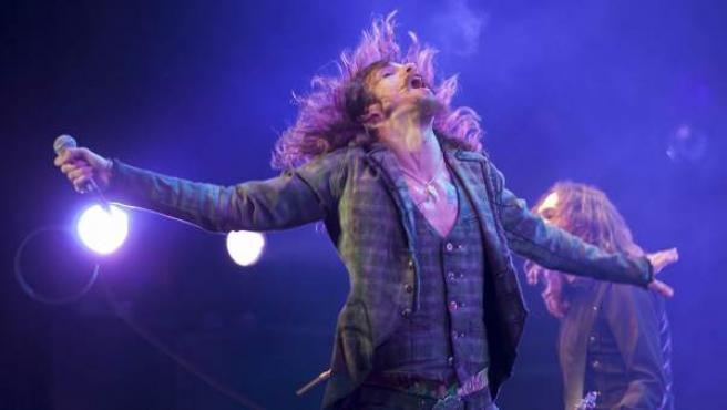 El cantante y guitarrista del grupo The Darkness, Justin Hawkins, durante su actuación en el Azkena Rock de 2012.