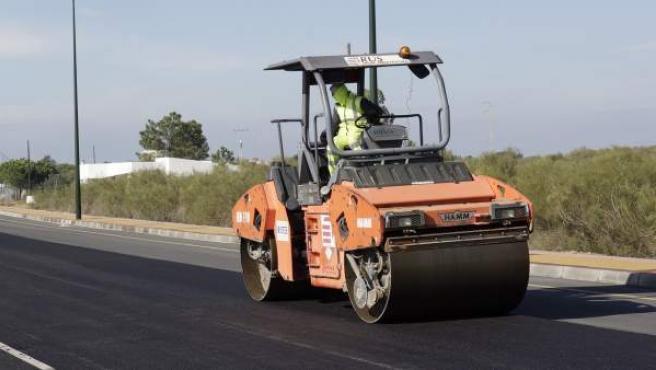 Una persona trabaja en las obras de asfaltado de una carretera.