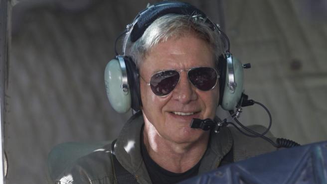 Harrison Ford no dudo en aceptar la invitación de Sylvester Stallone para hacer un cameo en la saga de Los Mercenarios. Y pilotando un avión, otra de sus grandes pasiones.