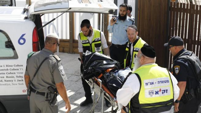 Varios sanitarios retiran el cadáver de uno de los tres palestinos muertos, por disparos de miembros de la seguridad israelí, tras un ataque con armas de fuego en El Monte del Templo en la Ciudad Vieja de Jerusalén (Israel).