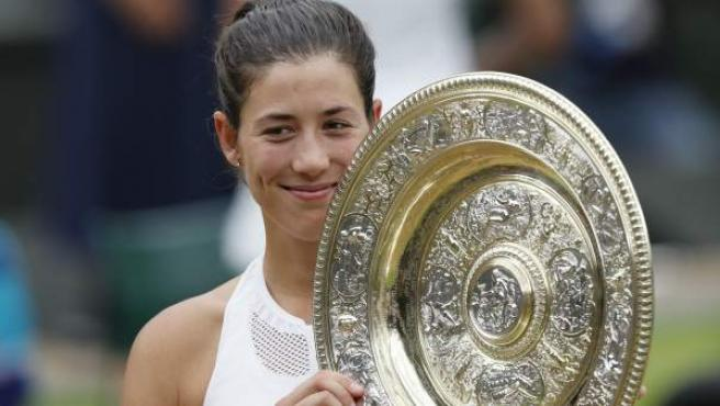 Garbiñe Muguruza, con el trofeo de ganadora de Wimbledon.