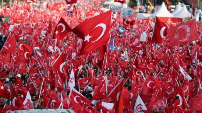 Decenas de miles de personas se agolpan desde el comienzo de la tarde en las inmediaciones del puente del Bósforo de Estambul, donde dentro de unas horas comenzarán las festividades oficiales para conmemorar el primer aniversario del fallido golpe militar en Turquía.