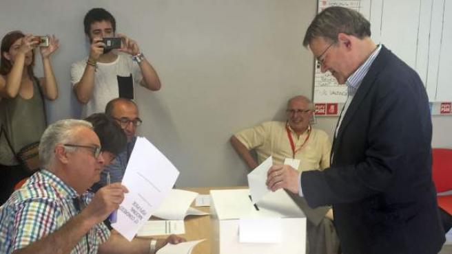 Ximo Puig, votando en su agrupación de Morella (Castellón).
