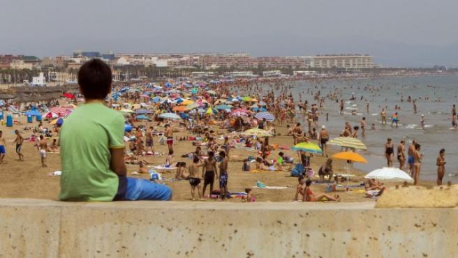 Miles de bañistas disfrutan de la playa de la Malvarrosa de Valencia.