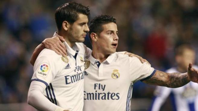 Álvaro Morata y James Rodríguez celebran un gol del Real Madrid al Deportivo.