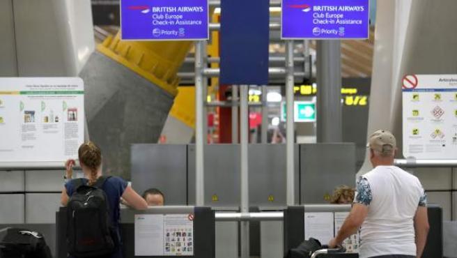 Varias personas en los mostradores de la aerolínea británica British Airways en la Terminal 4 del aeropuerto de Barajas.