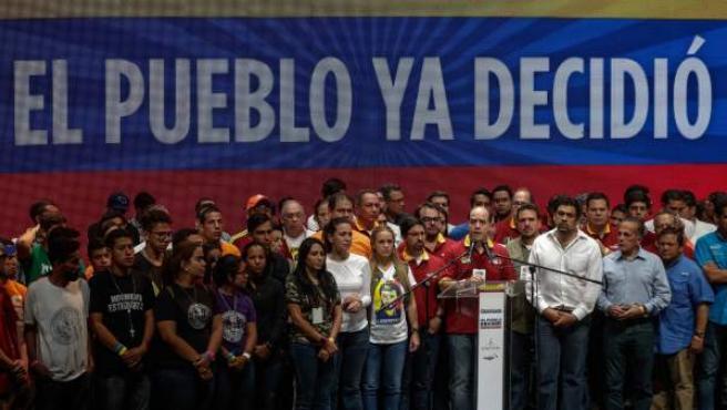 El presidente de la Asamblea Nacional de Venezuela, Julio Borges, con su vicepresidente Freddy Guevara, a la izquierda. Junto a este, Lilian Tintori, esposa de Leopoldo López.