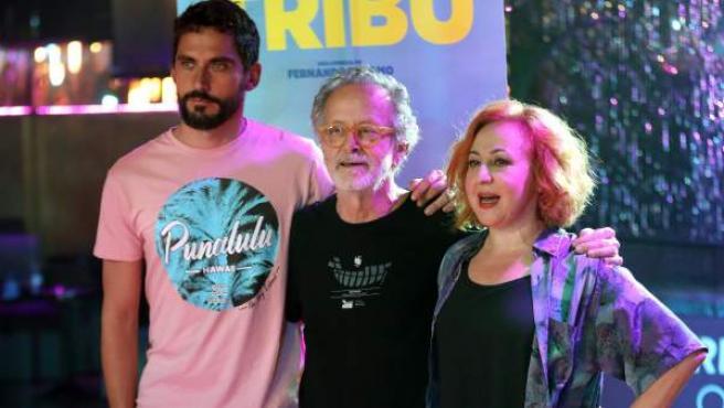 El actor Paco León (i), el director de cine Fernando Colomo (c) y la actriz Carmen Machi, durante el rodaje de su nuevo largometraje 'La tribu'.