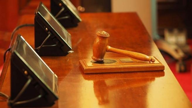 Una maza en la mesa de un tribunal.