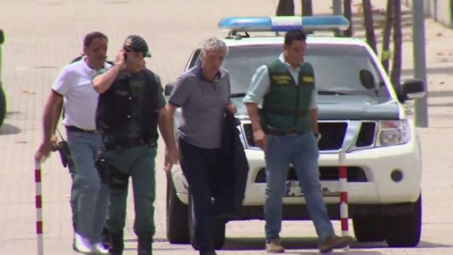 Angel María Villar (c), presidente de la RFEF, a su llegada a la sede de la Federación, en Las Rozas (Madrid), detenido por la Guardia Civil por presuntas irregularidades delictivas en su gestión.