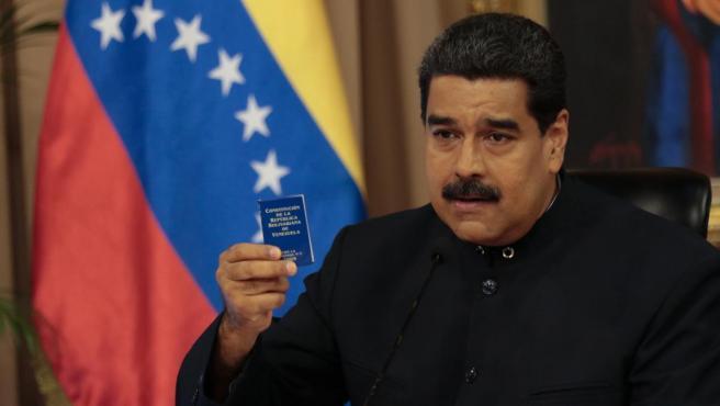 Nicolás Maduro con la Constitución de Venezuela en la mano en una imagen de archivo.