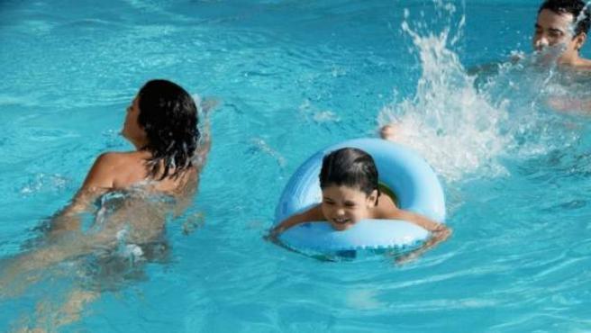 Los niños con manguitos y flotadores también deben ser vigilados.