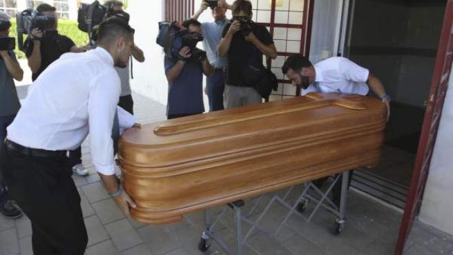 El féretro con los restos mortales de Miguel Blesa, trasladado este jueves al tanatorio.