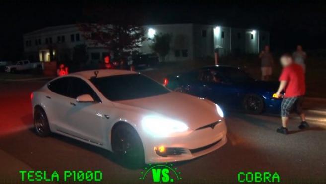 En imagen, el Tesla Model S P100D contra un Mustang Cobra a punto de iniciar la carrera.