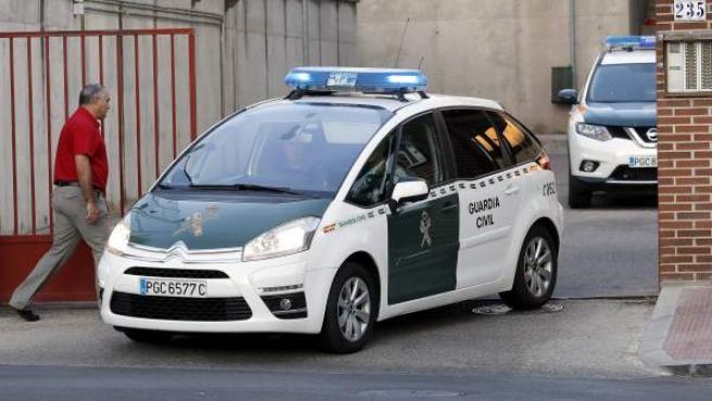 El vehículo de la Guardia Civil que traslada al presidente de la Real Federación Española de Fútbol (RFEF), Ángel María Villar, a su salida del cuartel de Las Rozas hacia la Audiencia Nacional.