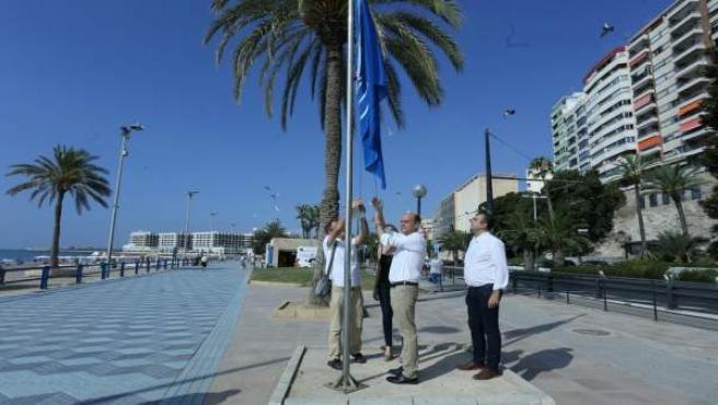 El alcalde y los ediles izando la bandera azul