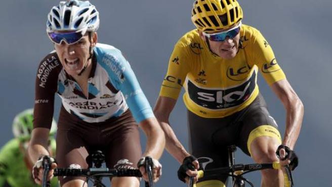 El ciclista francés Romain Bardet (izq) intenta, sin éxito, descolgar al británico Christopher Froome, en la última etapa alpina del Tour de Francia.