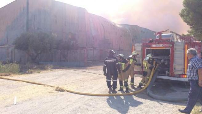 Sigue activo el incendio de la empresa de forrajes de Tauste