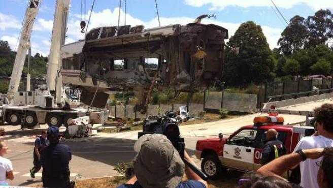 Un vagón subido por una grúa el día después del accidente del Alvia en Angrois.