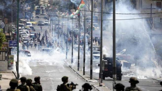 Las tropas israelíes intentan dispersar a los manifestantes palestinos durante una protesta en la ciudad cisjordana de Belén.