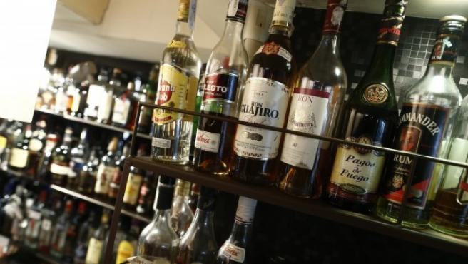 Licores y bebidas alcohólicas en un bar.cc