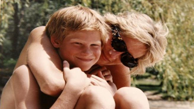 Fotografía del album personal de Lady Di, en la que se le puede ver abrazando a su hijo, el Príncipe Harry, durante unas vacaciones en un lugar que no ha sido revelado por el Palacio de Keningston.