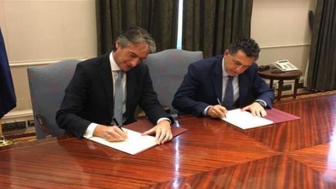 De la Serna y Cuevas firman el convenio