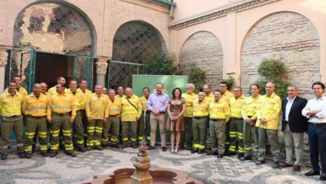 Crespín y Algar (centro), junto a los trabajadores del Infoca reconocidos