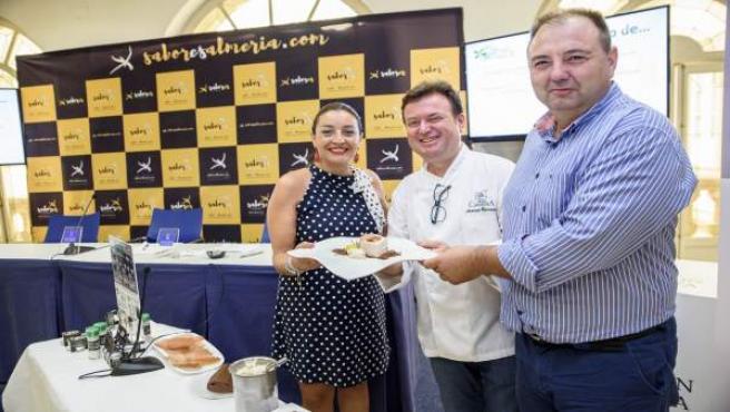 El chef Antonio Carmona prepara un plato dulce con Stevia del Mediterráneo.