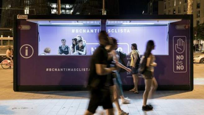 """L'estand fixe a Barcelona de la campanya municipal """"No es no""""."""