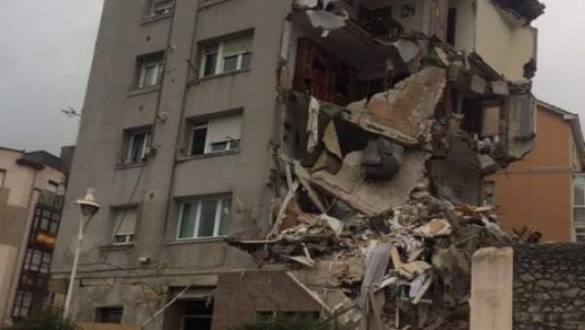 Edificio siniestrado en Santander, por grietas y derrumbe de la fachada