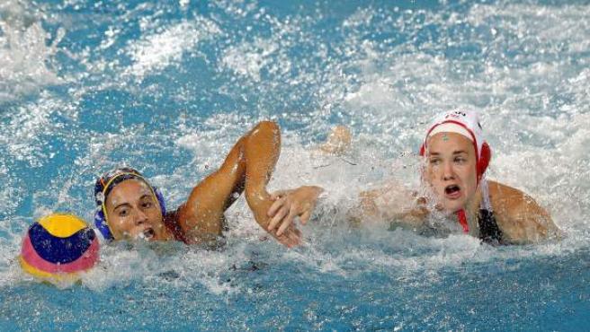Bea Ortiz nada en un contraataque perseguida por una jugadora canadiense.