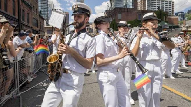 Una banda militar canadiense, con las banderas arcoíris de la comunidad LGBT.