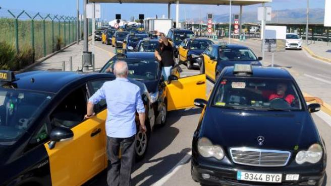 Imagen de la marcha lenta de taxis en Barcelona.
