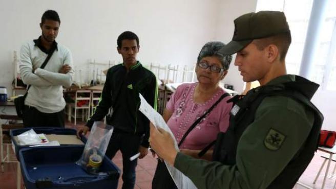 Fotografía cedida por la Agencia Venezolana de Noticias (AVN) donde se observa la instalación de máquinas electorales en un centro de votación en Caracas (Venezuela).