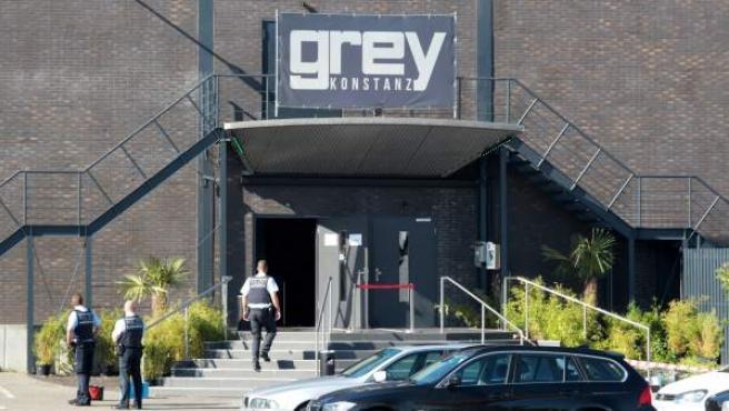Agentes de policía en el exterior de la discoteca Grey en Constanza, Alemania, tras un tiroteo.