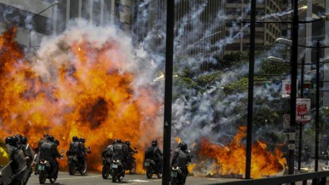 Momento de la explosión en medio de varios policías motorizados en las inmediaciones de la Plaza Altamira de Caracas (Venezuela).