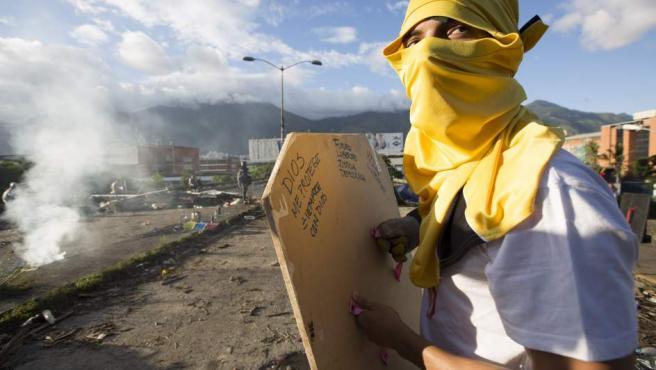 Manifestantes opositores bloquean una calle en rechazo a las elecciones de la Asamblea Nacional Constituyente este domingo 30 de julio de 2017, en Caracas (Venezuela).