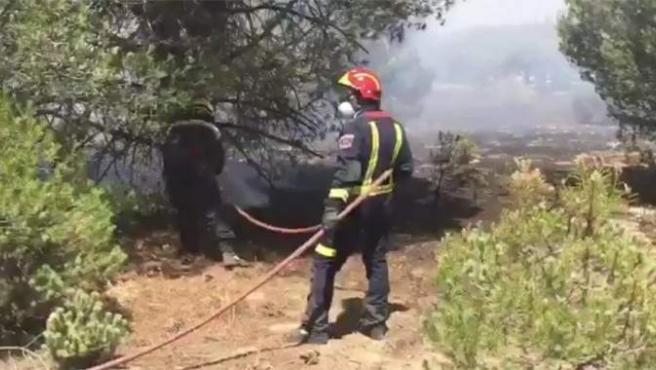 Imagen de los bomberos combatiendo el incendio de Las Rozas.