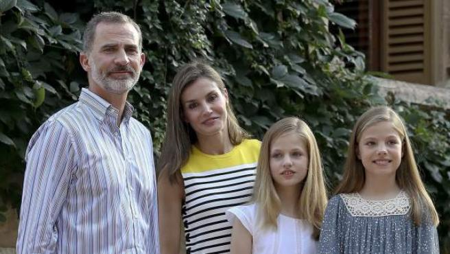 Los reyes posan con sus hijas frente al palacio de Marivent, en Mallorca.