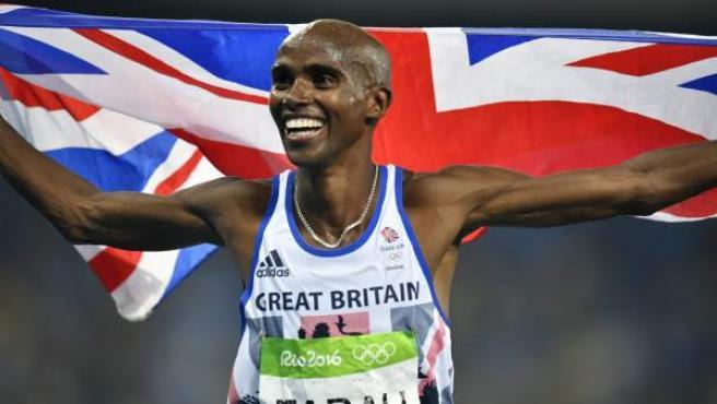 El atleta británico de origen somalí Mo Farah celebra su victoria en el 5.000 en Río 2016.