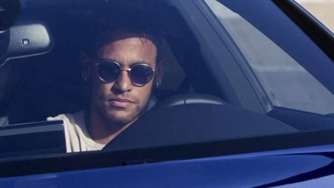 El delantero brasileño del FC Barcelona, Neymar da Silva, a su llegada a la Ciudad Deportiva Joan Gamper para reincorporarse a los entrenamientos del conjunto azulgrana, mientras sigue sin resolverse su posible fichaje por el PSG francés.