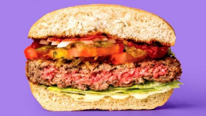 Aspecto de una de las hamburguesas de Impossible Foods, fabricada a base de proteína vegetal y leghemoglobina.