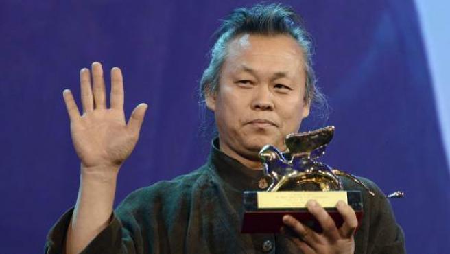"""El director surcoreanao Kim Ki-duk posa con el León de Oro concedido a su película """"Pietà"""", durante la ceremonia de clausura de la 69 edición del Festival Internacional de Cine de Venecia."""