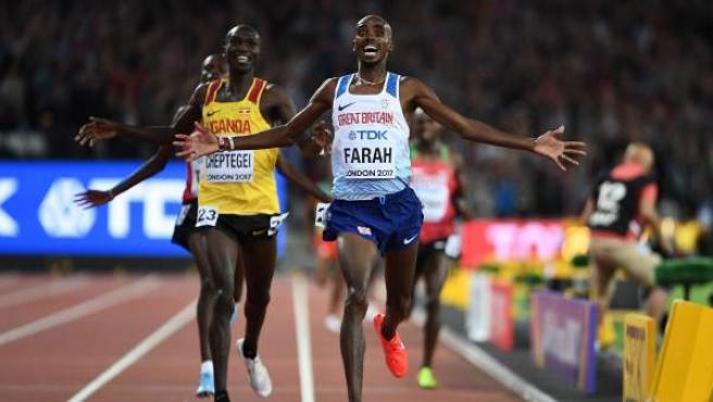 Mo Farah, celebrando su victoria en los 10.000 metros del Mundial de Londres 2017.