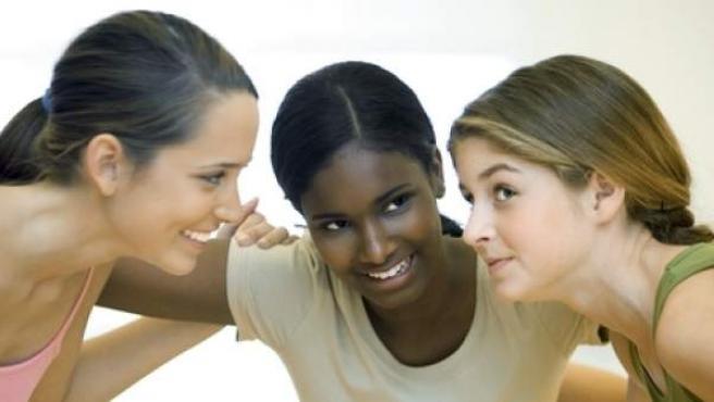 Las críticas a las espaldas suelen ser síntoma de negatividad, inseguridad e infelicidad.