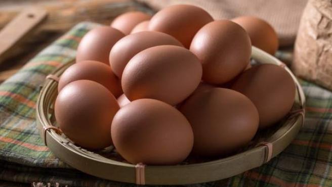 Los huevos criados por gallinas enjauladas son perjudiciales para la salud humana, pues las gallinas están más expuestas a enfermedades.